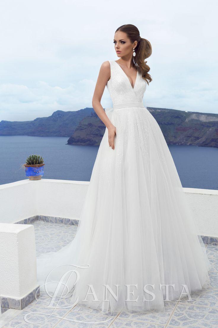 Avalanzh Kölcsönzési díja: 150.000,- Ft   38/40 méretben a szalonban!  Tüllös, flitteres V kivágású esküvői ruha.
