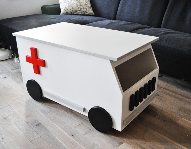 Ambulance - NokNok Interieurarchitectuur en Meubelontwerp - Een ambulance als opbergmeubel, zitmeubel en ook nog voor de kids als auto om in te rijden!
