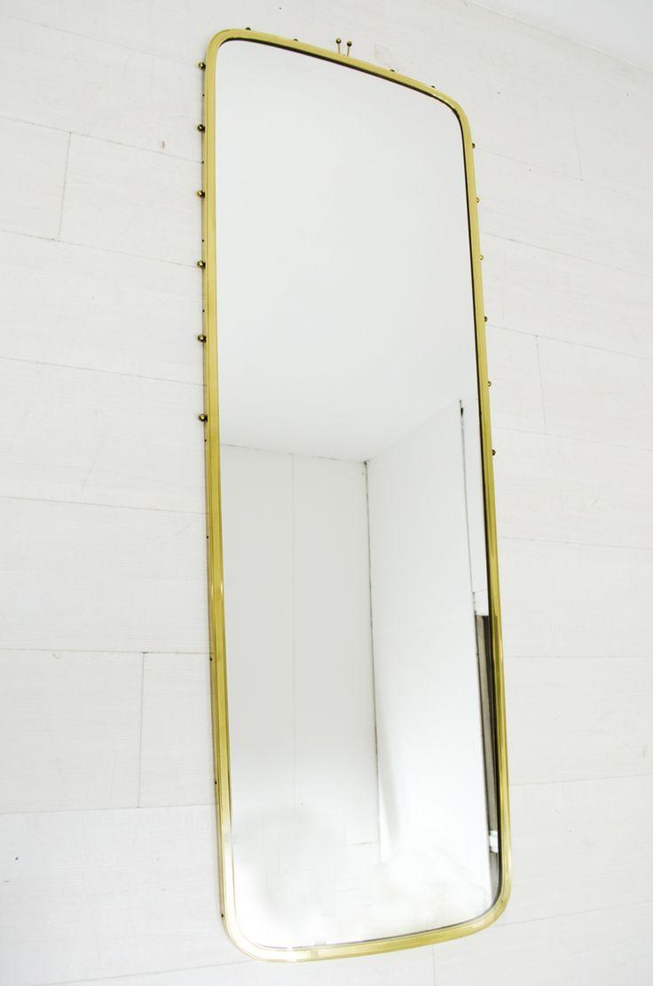 Een grote 'pas' spiegel met messing frame, en heeft leuke knopjes als details.  Deze spiegel heeft wat lichtere gebruikssporen maar is in goede vintage staat.
