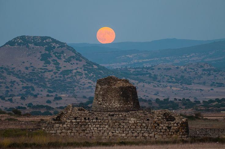 Lo spettacolo della luna che sorge dietro il nuraghe di Santu Antine (Sassari, Sardegna)