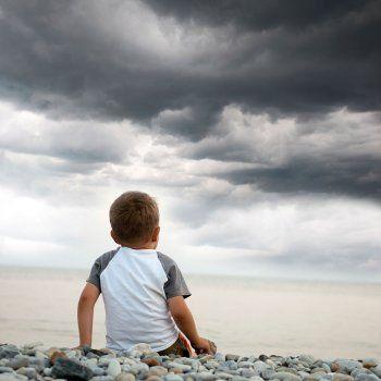 Muchos niños tienen miedo a las tormentas. Y muchos adultos sientes fascinación por ellas. Tal vez haya pocas cosas más hermosas que ver caer un rayo en el mar. Pero hay que conocer los riesgos que suponen las tormentas eléctricas y cómo proteger a nuestros hijos.