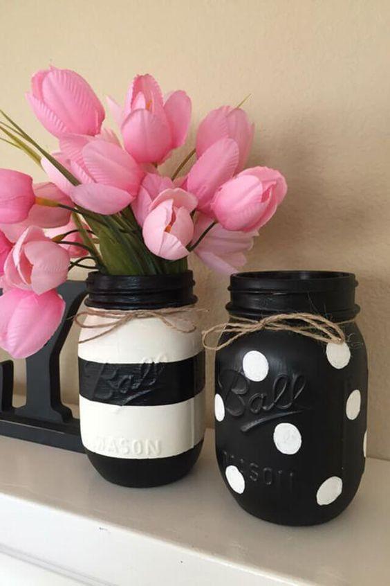 Blanco y negro tarro de masón floreros por KaylasCraftDesigns
