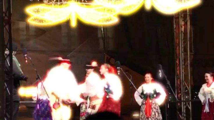 Rep.Checa  PRAGA La Navidad comienza a despertar en Praga a finales del mes de noviembre, con la instalación de los tradicionales y acogedores mercadillos de Navidad, donde se respira la cercanía de las fiestas en plena calle. ¿Le apetece vivir la magia de Praga en Navidad? http://www.ssviajes.com/oferta/viaje/rep_checa/32406/praga_mercadillos_de_navidad_-_puente_constitucion_