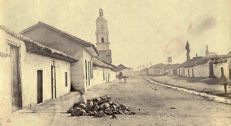 """La Canadilla"""", antiguo nombre de lo que hoy se conoce como Avenida Independencia. Esta foto es de 1864 y corresponde a la vista al sur desde la actual esquina entre Avda. Independencia con Santos Dumont, la iglesia que se ve a la izquierda es la parroquia de la Estampa VoladaFotografía de Rafael Ordóñez y Castro."""