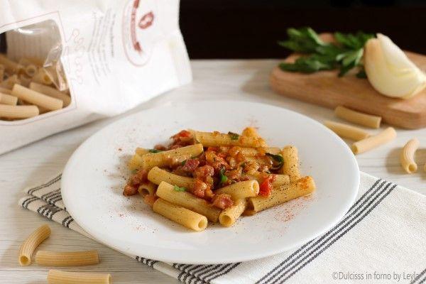 Maccheroni alla molisana: un primo piatto a base di pasta con pancetta e cipolla, con prezzemolo e basilico. Dal gusto semplice e sorprendente.