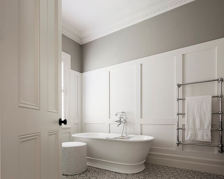 Klassieke panelen met designradiator en vrijstaande badkuip