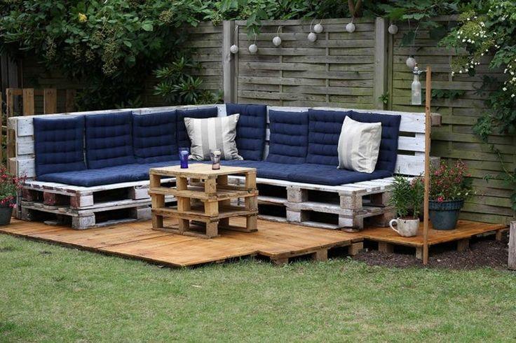 salon de jardin en palette avec canapé et table et décoration en bleu