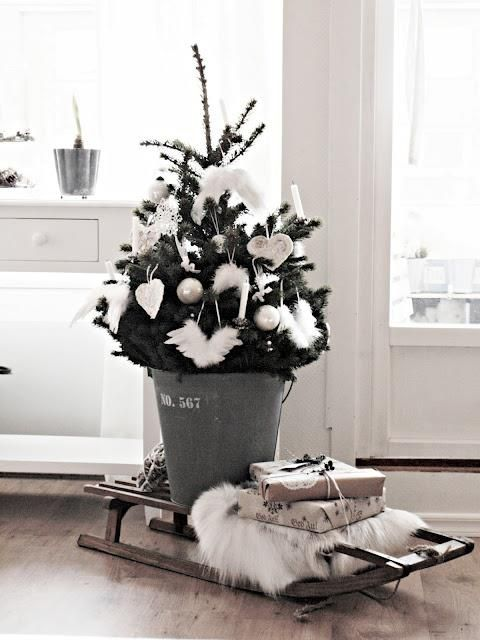 December living inspiration* Niet zoveel ruimte voor een grote kerstboom? Hier een voorbeeld dat een kleine kerstboom ook erg leuk kan zijn!