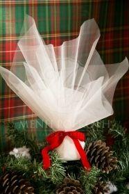 Μένη Ρογκότη - Χριστουγεννιάτικη κλασική μπομπονιέρα γάμου λευκή με βελούδινη κόκκινη κορδέλα