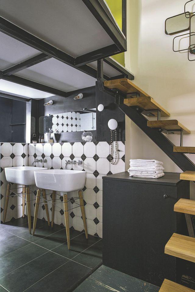 Dans les deux salles de bain, vasques italiennes, et carrelage gris