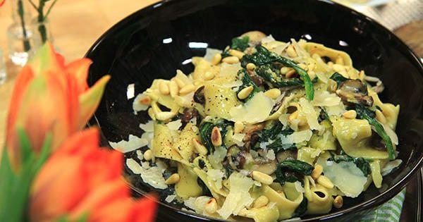 Lyxig pasta med skogschampinjoner, bladspenat, tryffelolja och pinjenötter. Sätter guldkant på vilken dag som helst.