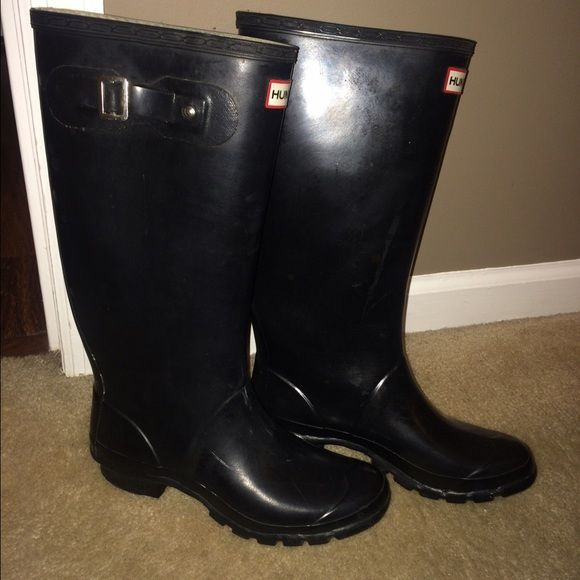 HUNTER Huntress Boots size 8 Need to be cleaned up. The strap on the left boot has broken and the one on the right is in tact for now. Really good condition. Have shown all marks/ flaws in pictures. Black . More pics are up on another listing Hunter Boots Shoes Winter & Rain Boots