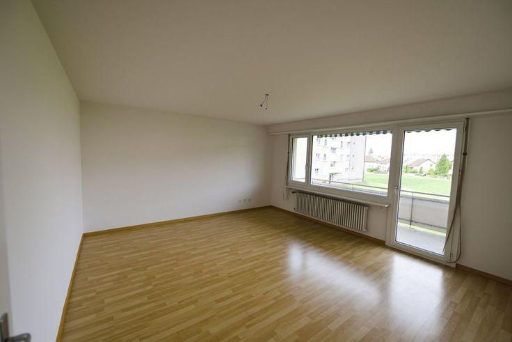 günstige 3-Zimmerwohnung mit Balkon  ruhiges, freundliches Wohnquartier sonniger Balkon Wohnzimmer mit Laminatboden Schlaf-/Kinderzimmer mit Laminat Estrich und Kellerabteil Parkplatz kann für CHF 40.-/Monat dazugemietet werden