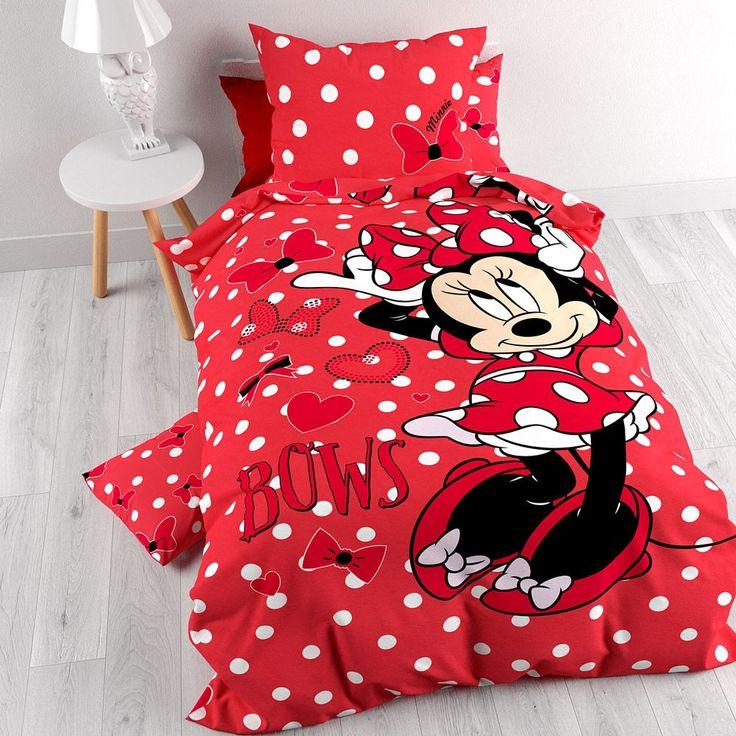 Dit Disney Minnie Bow-dekbedovertrek is te gebruiken aan beide zijdes. De prachtige strik die Minnie Mouse altijd draagt is het uitgangspunt van dit overtrek. De ene zijde is uitgevoerd met een print van allemaal leuke strikjes, gecombineerd met polkadots. Op de andere zijde staat er een levensgrote afbeelding van de vrolijke Minnie Mouse en deze kant is leuk afgewerkt met strikjes, hartjes en polkadots. Dit schattige overtrek maakt je dochter, nichtje of kleindochter haar Disney slaapkamer…