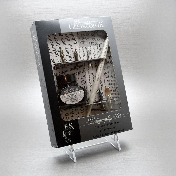 contiene un porta pennino marmorizzato, una bottiglia di inchiostro e 5 pennini diversi ( scrittura fine, ornamentale, poster, quadrata, corsivo.)