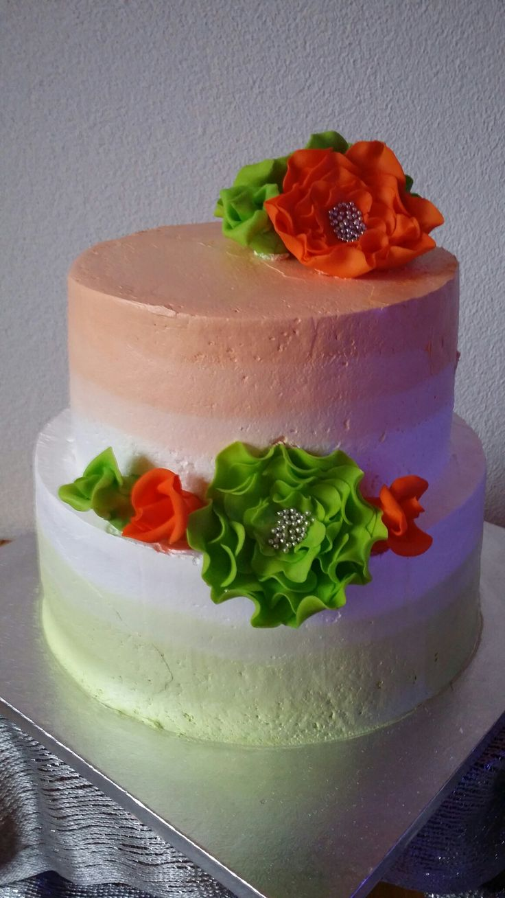 Chique feesttaart! Mijn ouders 54 jaar getrouwd dus reden voor feest en taart 🎉 Gemaakt door Zoet (Hetti Wolfs) Vanille biscuit gevuld met slagroom, banketbakkersroom en aarbeien. Bekleed met enchanted cream, gedecoreerd met fondant bloemen. I💗cake!