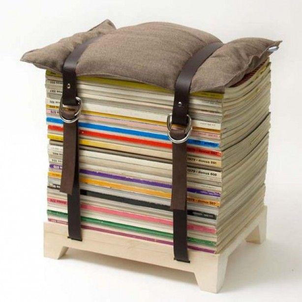 Poef gemaakt van stapel oude boeken of tijdschriften