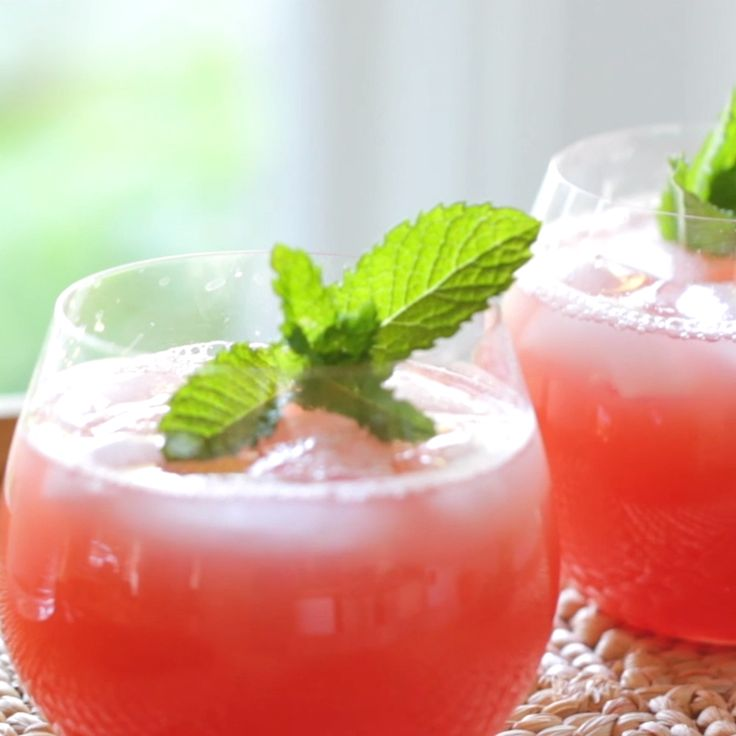 Watermelon lemonade is a deliciously refreshing drink for Mother's Day! Add a splash of champagne and it makes for alternative to the standard mimosa!     #entertainingwithbeth #recipevideos #MothersDay #Lemonade #WatermelonLemonade