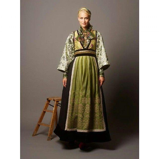 #fantasistakker #fantasistakk #stakk #bunad #farger #grønn #green #bånd #ribbons #forkle #skjorte #ull #silke #sølje #evalie #evaliedesign