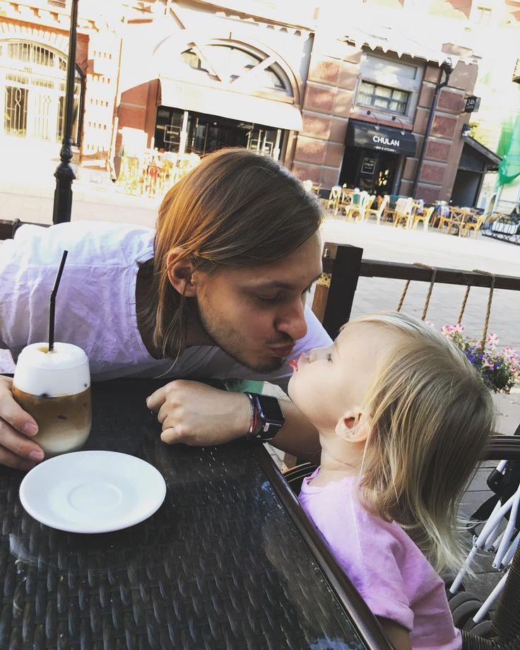 Папа намыливает дочку