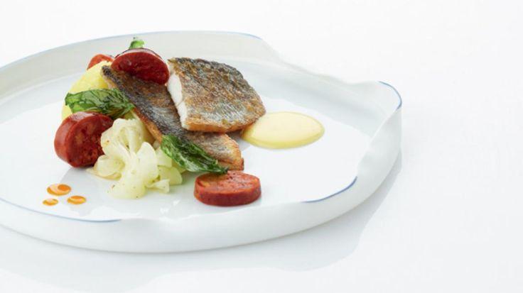 Zeebaarsfilet met venkel, geplette aardappelen en limoenmousseline  | VTM Koken