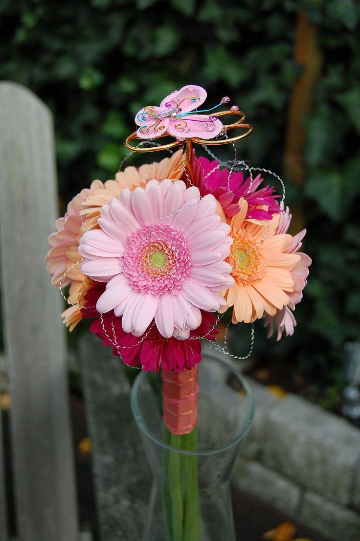 Boeket bruidsmeisje van hard + zacht roze en oranje gerbera's. www.meesterlijkgroen.nl