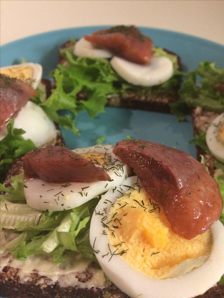 Sillivoileipiä syötiin ennen voileipäkakkujen yleistymistä   Näihin tarvitset vain tummaa leipää, Matjessilliä, Keitettyjä kananmunia  Ja aitoa tilliä