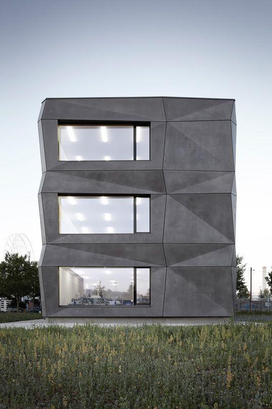 Dieser, wie ein dunkler Kristall an Bauten von Bruno Taut erinnernde Bau, befindet sich in einem Industriegebiet im Norden Münchens und wurde von tillicharchitektur entworfen.