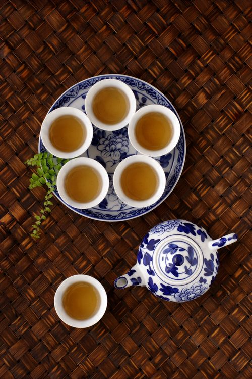 Tips! Smell first, take a sip to make the flavor full your mouth, and then swallow, is the best way to taste oolong tea!