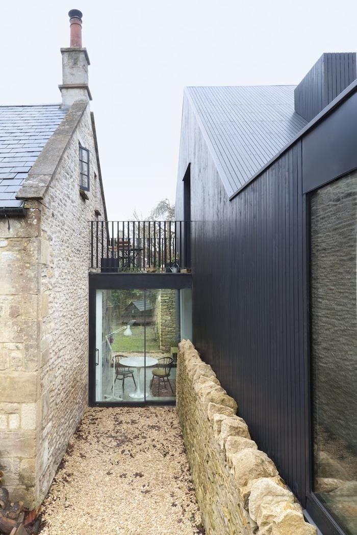Skapa ett extra rum genom att binda ihop utrymmet mellan två byggnader – till exempel bostadshus-garage. Fint med en liten balkong uppepå.