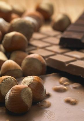 Schokoladen-Nuss-Kugeln - Gesunde Plätzchen - Kinder lieben Schokolade. Kein Problem - bei diesem Rezept kommen noch gesunde Nüsse und ballaststoffreiches Vollkornmehl dazu. Zutaten: 80 g Mandeln oder Haselnüsse, fein...