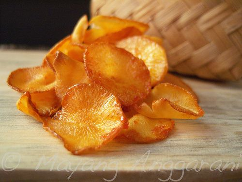 Keripik singkong pedas. Spicy and salty casava chips.