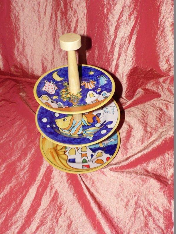 Alzatina composta da 3 piatti di diametro 26 cm 24 cm 21 cm con asta in legno decoro casette vietresi