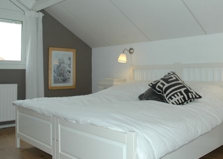 Een van de leuke grote slaapkamers in villa 120. Hier is het goed slapen en energiek wakker worden.