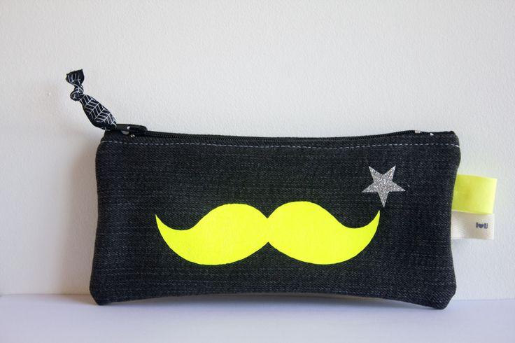 Trousse plate zippée en jean avec appliqué moustache jaune flou : Trousses par by-vanessa
