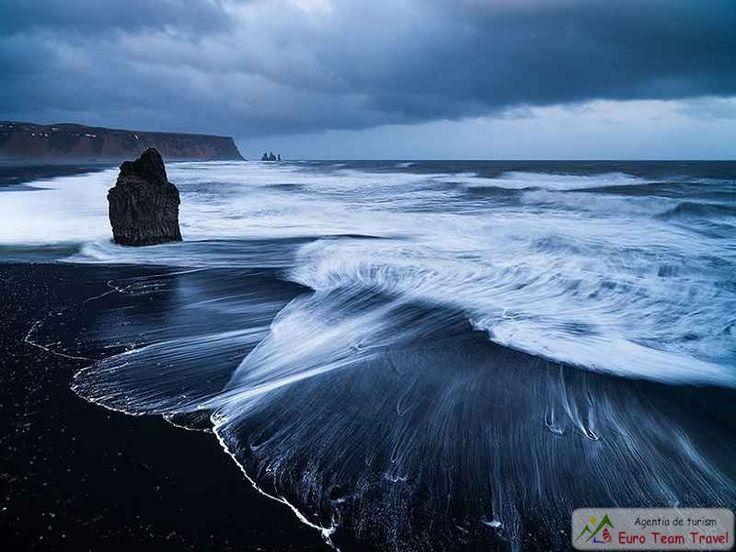 Vik Beach, Iceland - Islanda este o tara cu o activitate vulcanica intensa, motiv pentru care plajele negre vulcanice sunt atat de comune incat nici nu mai sesizezi ca nisipul este negru.