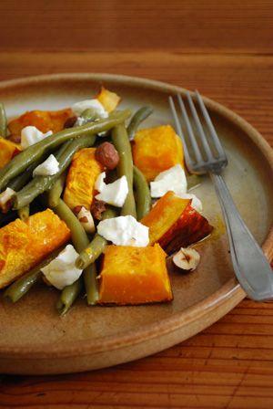 Salade de haricots verts, potimarron rôti, chèvre frais et noisettes grillées