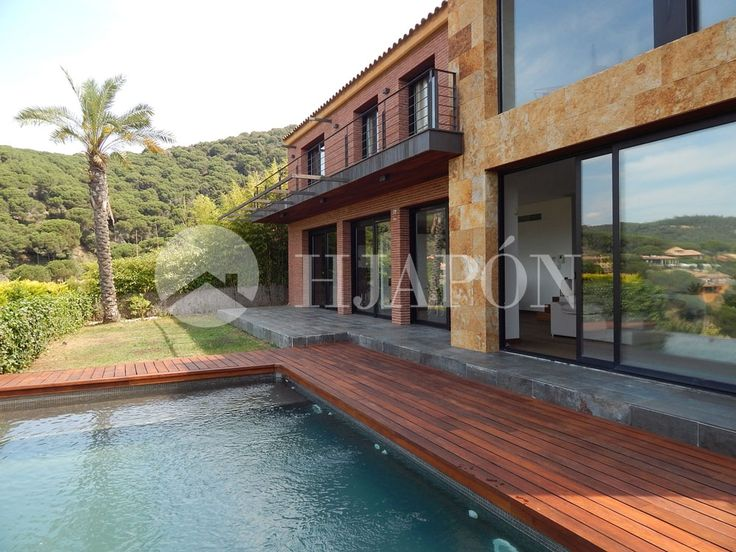 Modern villa in the north coast of Barcelona for sale in Cabrils.