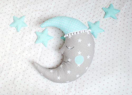 Miękki księżyc z oczami i pomponikami- podusia, ozdoba na łóżko lub ścianę w pokoiku dziecka. Idealny na prezent dla niemowlaka.