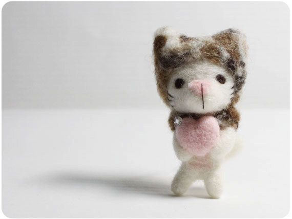 MEW Mew cat es 58mm de alto. Mew Mew encantador tiene un corazón de color rosa con un trozo de perla de cristal.  Hecho de 100% lana   Se proporcionará un marco de fotos de papel, usted puede poner el broche de gato en el marco de foto de papel que es gratuito!   # Cada artículo se enviará por correo de registro (con número)  Vea por favor mis políticas de la tienda antes de comprar: http://www.etsy.com/shop/KaffeeKatze/policy?ref=shopinfo_policies_leftnav  Graci...