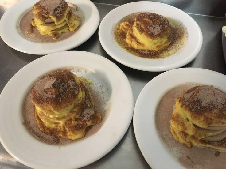 Milhojas de crema pastelera. Con galletas María y está buenísimo con ese delicioso sabor a canela