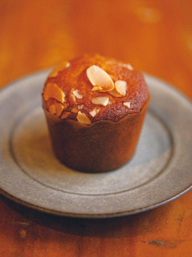 上質なラム酒も深みある香りがふわり。「菓子工房ルスルス」の新田あゆ子さんならではの丁寧な手仕事を感じさせるバターケーキに、まろやかな高級ラム酒をたっぷりと。デパートの催事で人気を博した、ファン待望の味が復活。|『ELLE a table』はおしゃれで簡単なレシピが満載!