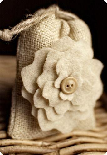 Dag 110 De natuurlijke kleuren van jute en gemêleerd beige wolvilt is een mooie rustige combinatie bij elkaar. Deze foto (gevonden op het web) laat dat duidelijk zien. Een prima kado zakje. Gevuld met lavendel ook heerlijk als geurzakje. Liever een ander geurtje, sprenkel wat etherische olie op een pluk lontwol en vul het zakje daar mee op.  Kijk voor vilt eens op www.bijviltenzo.nl
