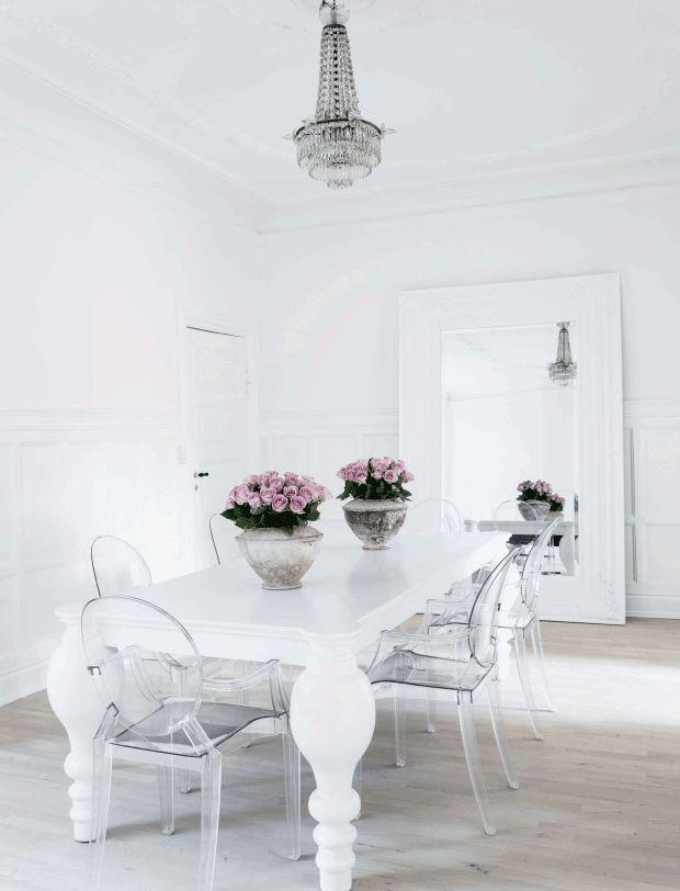 Forfatter Annika von Holdt kan lide, når hendes hjem er lyst og luftigt. Derfor har hun indrettet familiens lejlighed i nuancer af hvid og andre neutrale farver. Hvis du er glad for farver og synes, det lyder kedeligt, så kig med her og se, hvordan Annika med masser af tableauer, fotografier og smukke møbler har skabt et spændende og personligt hjem helt uden farver.