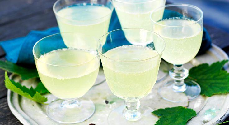 Recept på spritsig svartvinbärbladsdrink. Gör drinken alkoholfri genom att ersätta vinet med mineralvatten eller alkoholfritt bubbel. Uteslut Cointreau och tillsätt lite outspädd apelsinsaft.