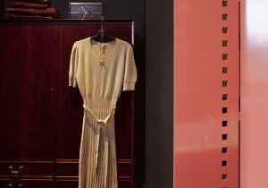 klänning hänger bredvid rött klädskåp