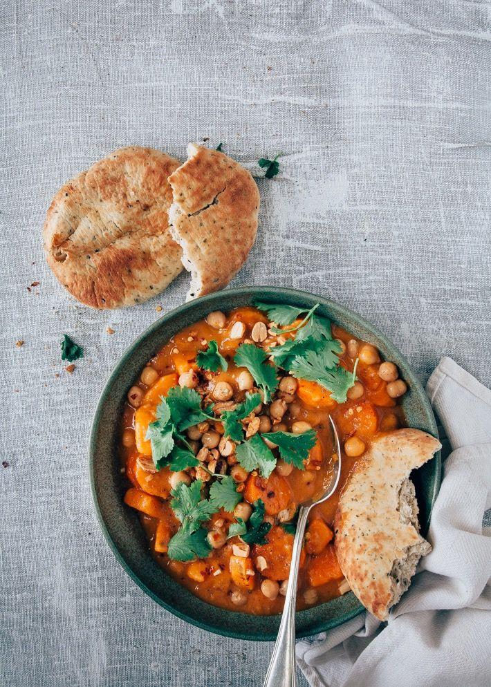 Hele lekkere rode vegetarische curry. Je maakt hem van rode currypasta, pindakaas, zoete aardappels en wortels. Heerlijke met pinda's en verse koriander!