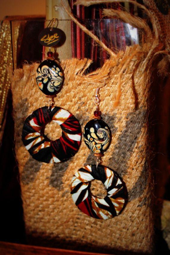 Modèle Unique MCHANGA / Création Bijoux par Stee Matériaux utilisés: Tissu, Verre  Boucles d'Oreille en tissu africain Wax et perle de verre artisanale  ***Collection 2015***  -Tissu africain Wax -Perle de verre artisanale  -Perle en corne rouge -Longueur 10 cm (dont crochet) -Apprêt et crochet argenté