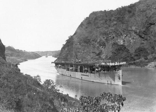 USS Langley - pierwszy amerykański lotniskowiec, podczas rejsu kanałem Panamskim - 16 listopada 1924 roku
