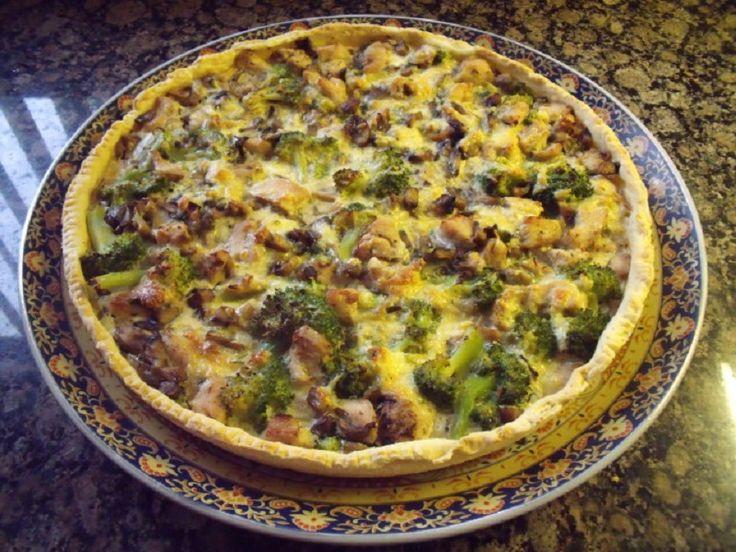 Lekkere quiche met knapperige korst en bodem! Gevuld met kip, champignons en broccoli. Ingrediënten voor het deeg: 50 g boter …